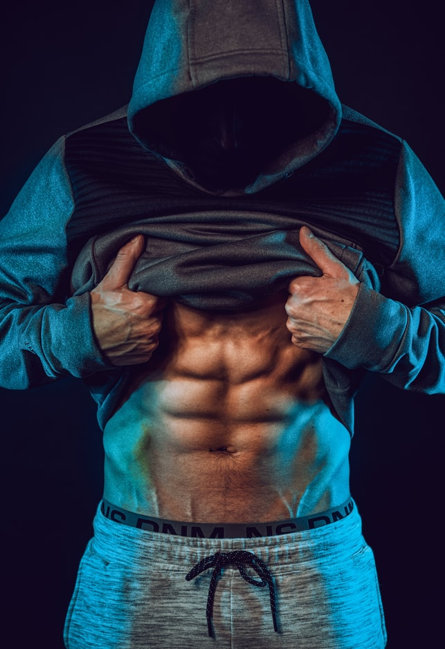 Buik trainen met een fitnessbank